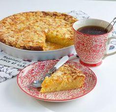 Åh denna kaka är underbar och sååå god! Den blir härligt mjuk och saftig av vaniljkrämen som man tillsätter i smeten. Den blir ännu godare dagen efter den har bakats, perfekt om man vill förbereda fikat i god tid. Ca 12-14 bitar vaniljkaka Vaniljkräm: 6 msk snabbvispad marsanpulver (se bild) 4 dl mjölk 2 msk vaniljsocker Smet: 250 g rumstemprerad smör 4 dl socker 4 ägg 2 ½ tsk bakpulver 5 dl vetemjöl Garnering: 50 g mandelspån TIPS! Du kan smaksätta kakan med 2 tsk kardemumma eller 0,5 g…