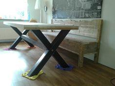 Industriële tafel. Stalen onderstel met een blad van oude steigerplanken.  Alles geschuurd dus splintervrij.