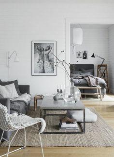 table basse compacte, le plateau marbre gris se marie parfaitement aux nuances grises du salon