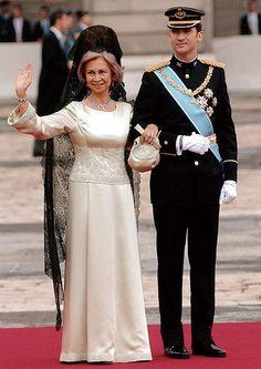 Su Majestad la reina Doña Sofía. Madrinas con mantilla. La mantilla se usará sólo en las bodas religiosas, no en las civiles, y se reserva exclusivamente a la madrina, a menos que en la invitación se pida a las invitadas que la luzcan