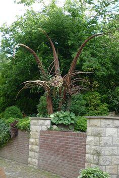 Weidenskulptur im Sommer mit Efeu bewachsen |