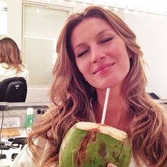 Les préceptes healthy de Gisele Bündchen água de coco/hidrata por dentro-até os rins(limpeza).Usar p/ cozinhar óleo de coco,abaixa o colesterol ruim e aumenta o Bom  e para os cabelos,usar  óleo de coco p/ hidratação.Docinhos? Beijinho de coco, e outros deliciosos.