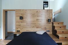Кабинет в спальне, ящики-ступени, сауна в ванной, столики из водопроводных труб на Петроградской стороне