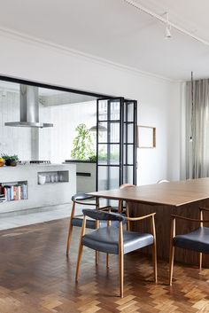 Today we love to show you this concrete kitchen in a renovated apartment in Sao Paulo, Brazil.