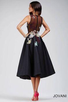 Изящное вечернее платье с юбкой-миди.