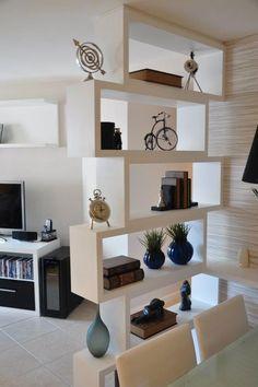Vale a pena guardar esta ideia. A estante tem a função de divisória e é super charmosa. More