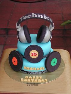 How to pipe Music Themed Cakes, Music Cakes, Dj Cake, Cupcake Cakes, Bolo Dj, Novelty Cakes, Partys, Cakes For Boys, Occasion Cakes