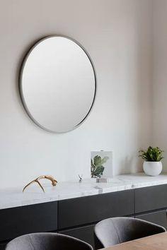 Kulaté zrcadlo o průměru 45 cm z designové kolekce Paul Rowana Hub značky Umbra. Skleněný, zrcadlový panel je umístěn do šedého gumového rámečku.