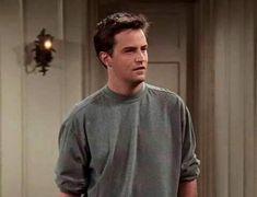 Chandler Bing is kinda really really CUTE Friends Tv Show, Joey Friends, Serie Friends, Friends Cast, Friends Moments, Friends Scenes, Chandler Bing, Monica E Chandler, Ross Geller