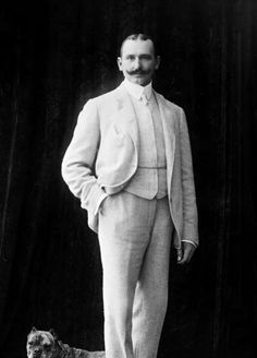 1904-1906: men's fashion is a three piece suit with a shorter jacket and medium high collar with tapered pants (Pascale H.)