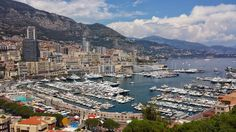 Monaco leży raptem kilkanaście kilometrów od Nicei, ale od razu po wyjściu z dworca (który znajduje się w skale) ukaże się Wam zupełnie inny świat. Czysty i ciasno zabudowany.