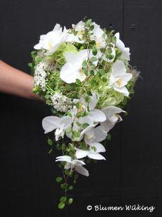 Abfließender Brautstrauß in weiß und hellgrün mit Orchideen, Hortensien, Sukkulenten und Mühlenbeckia. http://blumen-wilking.de