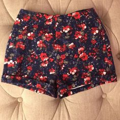 Hollister floral shorts Stretchy, floral shorts from Hollister! Will fit sizes 0-2! Barely used! Hollister Shorts