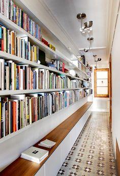Biblioteca-pasillo-apartamento-barcelonés