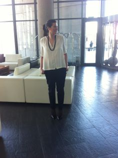 Working Outfit clásico, con camisa blanca, collar y pantalón negro
