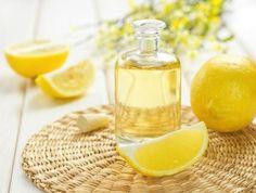 Quali sono le proprietà dell'olio essenziale di limone. L'olio essenziale di limone si estrae con la spremitura a freddo della buccia di limoni freschi allo scopo di preservare la maggior parte delle qualità e proprietà di questo agrume. Così, questo olio ...