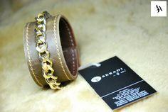 Bratara din piele naturala 31 -maro -captusita cu piele maro -accesorizata cu lant metalic auriu -siret textil maro -inchizatoare metalica aurie -dimensiuni: L=19-20cm l=3,5cm  PRET: 60 Lei