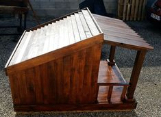 upcycled pallet dog house with tilted shingled roof and front veranda Pallet Dog House, Pallet Dog Beds, Build A Dog House, Dog House Plans, Custom Dog Houses, Custom Dog Beds, Modern Courtyard, Courtyard House Plans, Diy Dog Bed