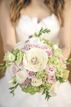 bouquet de mariée d'hortensias, roses, renoncules et bijoux