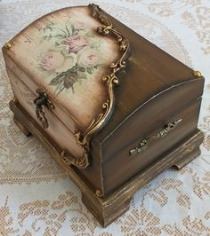 Decoupage Box, Decoupage Vintage, Laser Cut Box, Small Wood Projects, Old Boxes, Wooden Chest, Art N Craft, Altered Boxes, Painted Boxes