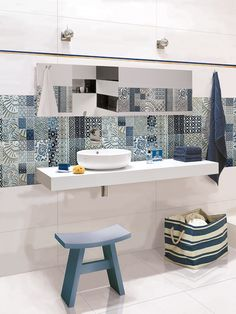 Marine bathroom with Opp! ceramic tiles and Royal Blue decoration (90x30 cm)
