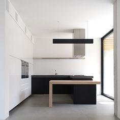 "470 gilla-markeringar, 8 kommentarer - Neutral Instinct - Amanda (@neutralinstinct) på Instagram: ""Clean lines & perfect layering. 🖤🖤Casa n/s house by @depstudio #kitchendesign #kitchenremodel…"""