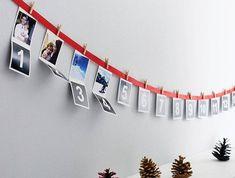 Adventskalender basteln für Männer - Nummer und Fotos hängen von einem roten Band Christmas Time, Xmas, Natal Diy, Birth Photos, Twinkle Twinkle, Advent Calendar, Christmas Stockings, December, Photo Wall
