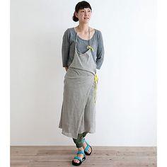まるでサロペットスカートのようなエプロンも。リネン100%で作られていて、光沢や柔らかさが魅力の一枚。自分らしく、自然に着こなすことができます。