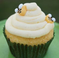 "In the Kitchen with Jenny: ""Bee My Honey"" Cupcake Tutorial #cupcakes @inkitchenwjenny"