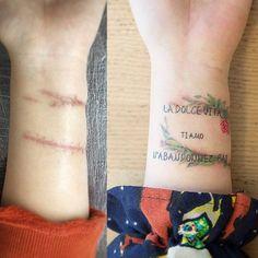 """Tatuaje que dice """"La dolce vita"""" (""""La dulce vida"""" en italiano), """"Ti amo"""" (""""Te amo"""" en italiano) y """"N'abandonnez pas."""" (""""No abandones"""" en francés), situado en la muñeca y tapando unas cicatrices...."""