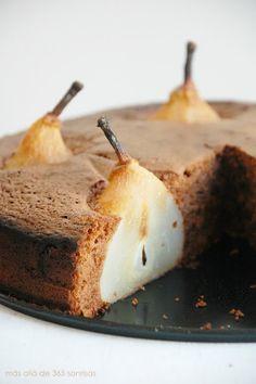b i z c o c h o   d e   c h o c o l a t e   y   p e r a    - 85 g de mantequilla   - 85 g de azúcar  - 85 g de chocolate  - 85 g de harina sin gluten de repostería  - 3 huevos  - 1 cucharadita de levadura en polvo   - 5 peras      1. Precalentar el horno a 180ºC.  2. Derretir la mantequilla y el chocolate y dejar templar.  3. Mezclar las yemas de los huevos con el azúcar hasta dejarlo cremoso. Añadir al chocolate y la mantequilla.  4. Montar las claras de huevo a punto de nieve.  5…
