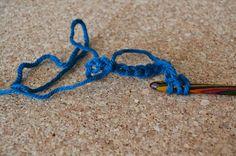 Tunesisk hækling/hakning - GUIDE Friendship Bracelets, Hanger, Crochet, Crafts, Diy, Guide, Craft Ideas, Crochet Cushions, Clothes Hanger