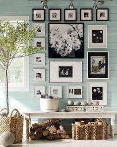 Mooie fotowand in zwart en wit. Doordat de lijsten in een figuur hangen en goed bij elkaar passen, wordt dit geheel niet te druk. Daarnaast is voor zwart en wit als hoofdkleuren gekozen wat het een stijlvol geheel maakt.
