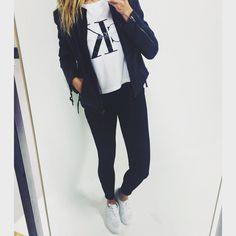 Sååå er den super lækre ATLANIS sneaks kommet på lager igen i denne cool hvide Calvin Klein Tee og lækker læderjakkeDe skønne Og uundværlige jeans TWO i cropped længde med lynlås forneden Perfekt til casual looks som dette eller partytoppen til festen Har fået så mange positive tilbagemeldingerne på disse GF' jeans De har den skønneste pasform og kvalitet, til en super pris #two#selfie#fredag#tee#calvinklein#calvin#jeans#læderjakke#fahion#mode#lovely#lykke#lykkebylykke