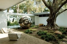 I recently ran across an extremely interesting Architectural Digest  article which chronicles the restoration of Richard Neutra's 1950s Sing...