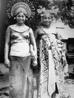Two Balinese dancers - Bali - ca.1910