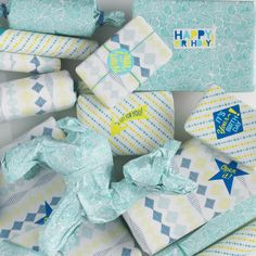 The cheerful wrapping paper in currency and petrol colors of Casual Fridays is packing really crazy. A nice pack with 3 different prints and a great sheet with stickers to make it complete.