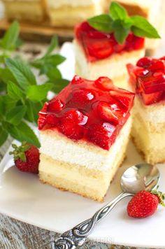 Wyśmienite ciasto kremowe z truskawkami - PrzyslijPrzepis.pl Happy Summer, Berries, Cheesecake, Cooking Recipes, Trifle, Chocolate, Bakken, Cheesecakes, Chef Recipes