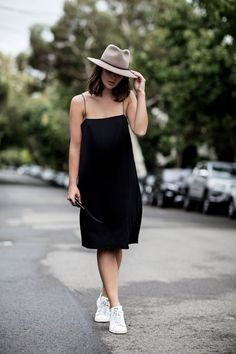 The sara donaldson guide to style outfits: tourist fashion d Style Année 90, Mode Style, Simple Style, Grey Style, Looks Street Style, Street Style Women, Street Styles, Womens Fashion Casual Summer, Black Women Fashion