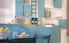 O azul aparece em destaque na cozinha de Esther Giobbi. A tonalidade mais clara não afeta o senso harmônico.