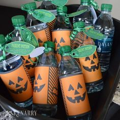 Halloween Water Bottle Free Printable - With this free printable you can quickly turn regular water bottles into festive Halloween snacks great for trick or tre… (Water Bottle Party) Dulceros Halloween, Classroom Halloween Party, Halloween Festival, Halloween Birthday, Holidays Halloween, Halloween Decorations, Halloween Costumes, Classroom Snacks, Halloween Goodies