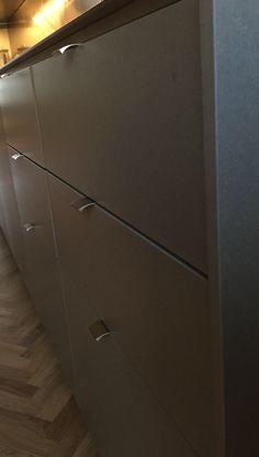 STUDIO10 fronter i lysgrå valchromat. Skrogene er fra IKEA. #ikea #kitchen #kjøkken #valchromat #beslagdesign