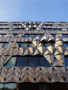 Pormenor da fachada de um prédio de escritórios em Paris