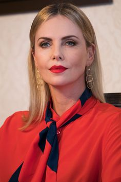 Emily's virtual rocket : lead story - Charlize Theron confirms daughter Jac... Elizabeth Hurley, Elizabeth Taylor, Nicole Kidman, Charlize Theron Style, Charlize Theron Oscars, Julie Benz, Jacqueline Bisset, Jane Seymour, Raquel Welch