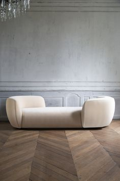 Designed by Pierre Augustin Rose, the Confident Sofa is an iconic piece of the collection. Shop the creations of today's icons of interior design on The Invisible Collection. Royal Sofa, Sofa Inspiration, Pierre Frey, Innovation Design, Confident, Armchair, Objects, Dining Table, Icons