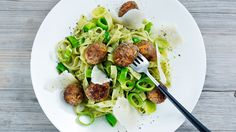 Kjøttboller med tagliatelle og pesto Pesto, Dinner Recipes, Beef, Food, Drinks, Meat, Beverages, Essen, Drink