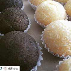 Brigadeiros de Coco e de Cookies da @delihcia ! Quem ganha essa batalha? #Repost @delihcia with @repostapp  Cookies e coco  Solicite o nosso cardápio pelo e-mail: delihcia@yahoo.com.br e encomende pelo número 84.98102-1968. SABORE: Cookies e coco . @menudelihcia by eu_amo_brigadeiro http://ift.tt/1Ui8i1A
