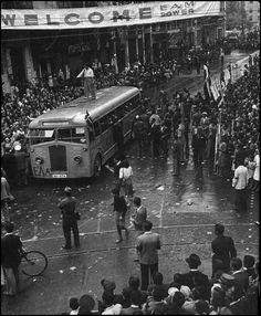 Πανηγυρισμοί απελευθέρωσης.  Αθήνα, 12 Οκτωβρίου 1944. Greece Pictures, Old Pictures, Old Photos, Greek History, Athens Greece, Macedonia, Crete, Military History, Public Transport