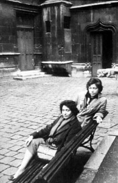 Foto: Alejandra Pizarnik con Olga Orozco en París, 1962.
