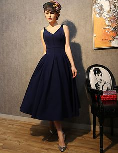 Simply gorgeous look inspired on the 1950's trends. Is it for you? Repin if you like it! Click for more details of the dress!